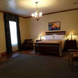 Presidents' Inn - Andrew Jackson guest room with a queen size bed.