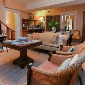 Spacious Guest Living Room - Natchez Bed and Breakfast
