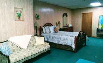 Street Level Guest Room - Collinwood, TN